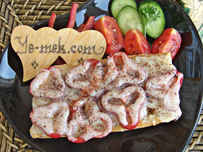 Kırmızı Biberli Ekmek Pizzası