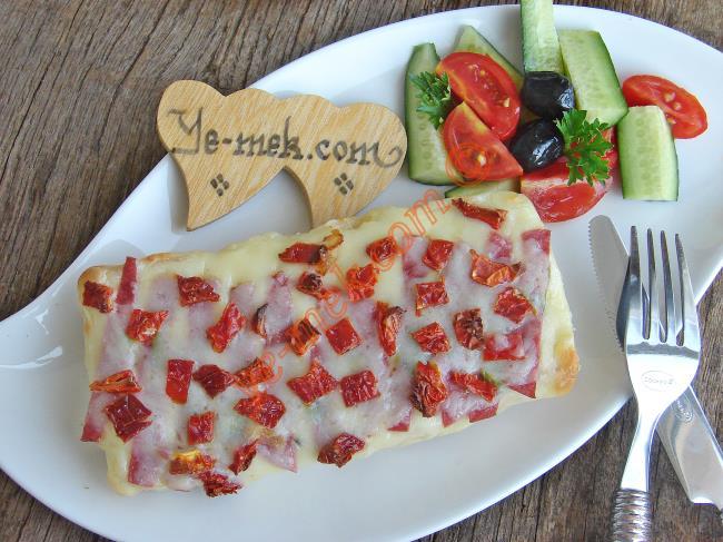 Salamlı ve Kuru Domatesli Ekmek Pizzası