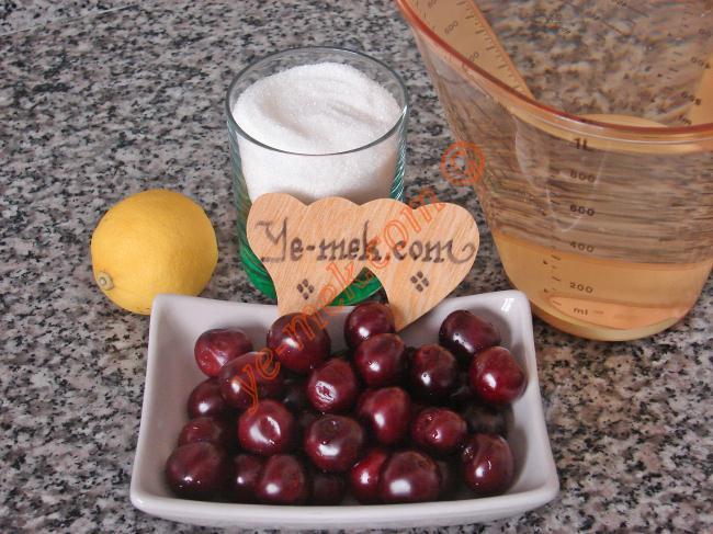 Vişne Hoşafı (Vişne Kompostosu) İçin Gerekli Malzemeler :  <ul> <li>1 kilo vişne</li> <li>2 litre su</li> <li>1,5-2 su bardağı toz şeker</li> <li>1/2 limon suyu</li> </ul>