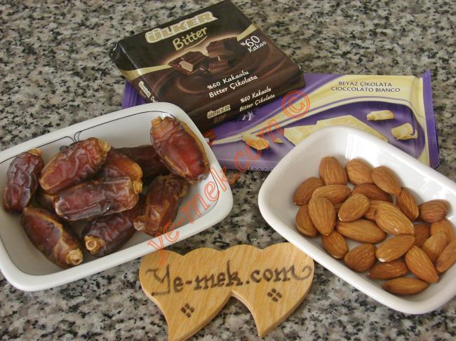 Bademli Çikolatalı Hurma Tatlısı İçin Gerekli Malzemeler :  <ul> <li>Hurma</li>         <li>Çiğ badem</li>         <li>Bitter çikolata</li> </ul>