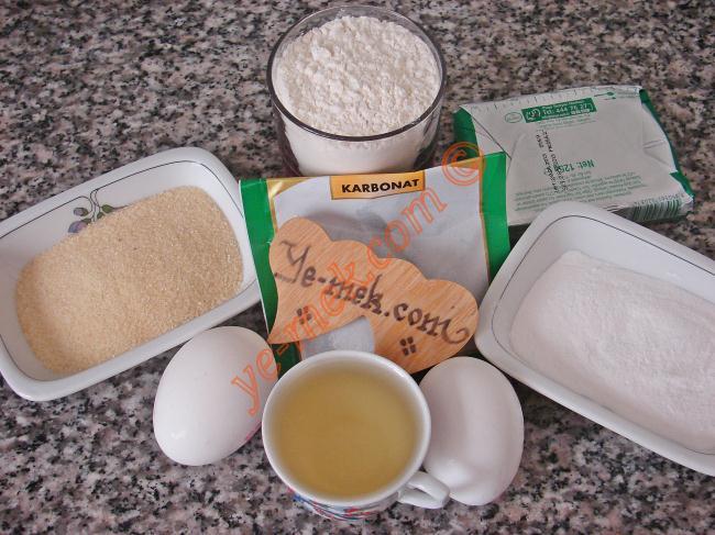 Balparmak Tatlısı İçin Gerekli Malzemeler :  <ul> <li><strong>Hamuru İçin:</strong></li>  <li>125 gr tereyağı (oda sıcaklığında)</li> <li>1 türk kahvesi fincanı sıvıyağ</li> <li>4 yemek kaşığı pudra şekeri</li> <li>2 adet yumurta (1 tanesinin sarısı kullanılmayacak) <li>1 çay kaşığı karbonat</li> <li>1 çimdik tuz</li>         <li>5 yemek kaşığı irmik</li> <li>Yaklaşık 2-2,5 su bardağı un</li>  <li><strong>Şerbeti İçin:</strong></li>  <li>5 su bardağı su</li> <li>4 su bardağı toz şeker</li> <li>Çeyrek limon suyu</li> </ul>