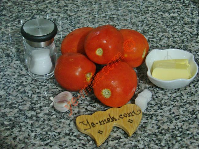 Domates Sosu İçin Gerekli Malzemeler :  <ul> <li>5 adet orta boy domates</li> <li>1 yemek kaşığı tereyağı</li> <li>1 diş sarımsak</li> <li>1-2 adet kesme şeker</li> <li>Tuz, Karabiber</li> </ul> </ul>
