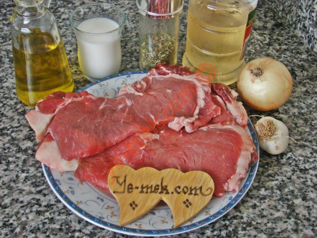 Et Marinesi İçin Gerekli Malzemeler :  <ul> <li>3 dilim et (isteğe göre kuşbaşı et olabilir)</li>         <li>1 adet orta boy soğan</li>         <li>1 diş sarımsak</li>         <li>Süt(Etlerin üzerini örtecek kadar)</li>         <li>1 yemek kaşığı sirke</li>         <li>İsteğe göre soya sosu</li>         <li>4 yemek kaşığı zeytinyağı</li>         <li>Kekik</li> </ul>