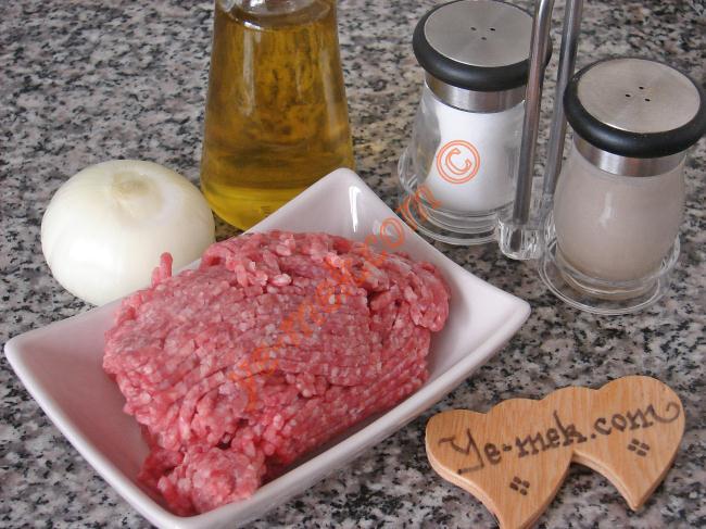 Kıyma Kavurması İçin Gerekli Malzemeler :  <ul> <li>250 gr kıyma</li>         <li>1 adet orta boy soğan</li>         <li>2 yemek kaşığı zeytinyağı</li>         <li>Tuz</li>         <li>Karabiber</li>  </ul>