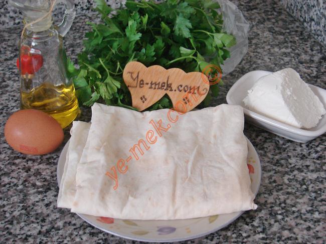 Peynirli Bohça Böreği İçin Gerekli Malzemeler :  <ul> <li>1 adet yufka</li>         <li>1 adet yumurta</li>         <li>1 yemek kaşığı yoğurt</li>         <li>2 yemek kaşığı zeytinyağı</li>         <li>1 yemek kaşığı su</li>         <li>10 adet maydanoz sapı</li>  </ul> </li> <li><strong>İç Harcı İçin:</strong> <ul> <li>50 gr lor peynir ya da beyaz peynir</li>         <li>2 tutam maydanoz</li>  </ul> </li> </ul>