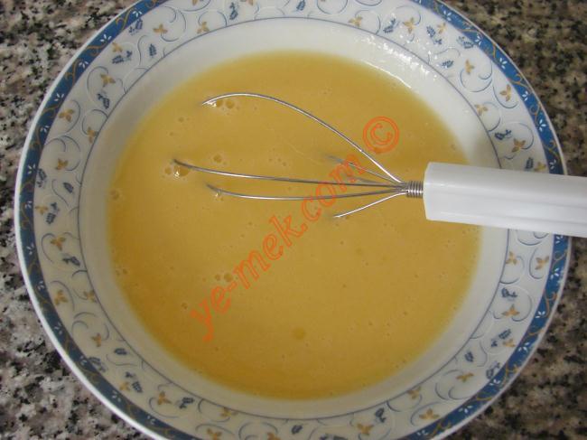Diğer yandan yufkayı tezgaha serip, bıçak yardımı ile dörde bölün. Küçük bir kaba eriyen yağı koyun.