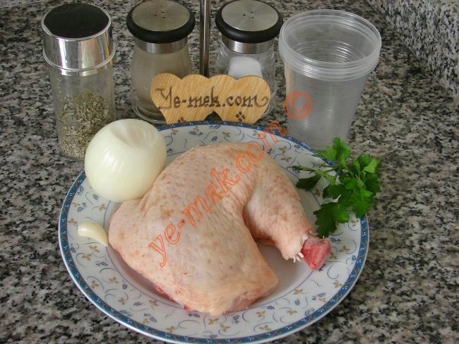 Tavuk Bulyon İçin Gerekli Malzemeler :  <ul>  <li>1 adet kemikli tavuk göğsü</li>          <li>1 adet orta boy soğan</li>          <li>1 litre sıcak su</li>          <li>1 diş sarımsak</li>          <li>3 dal maydanoz</li>          <li>Tuz, Karabiber, Nane</li> </ul>
