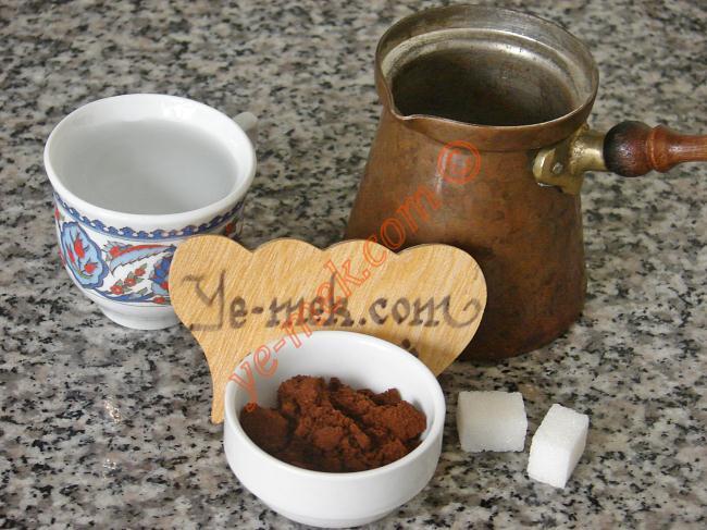 Köpüklü Türk Kahvesi İçin Gerekli Malzemeler :  <ul> <li>1 kahve fincanı soğuk su</li> <li>2 adet kesme şeker</li> <li>1 tatlı kaşığı tepeleme türk kahvesi</li> </ul>