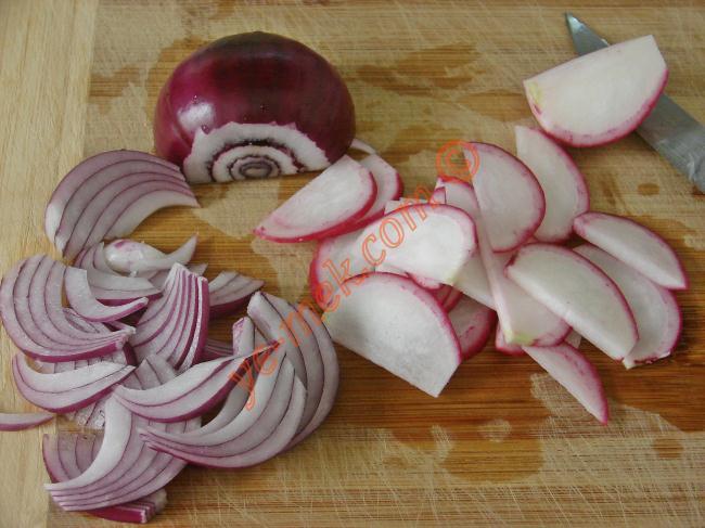 Rokaları yıkayıp, iyice kurulayın. Rokaları eliniz ile 2-3 parçaya bölüp, salata kasesine koyun.