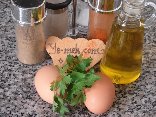 Yumurta Dolması İçin Gerekli Malzemeler :  <ul> <li>2 adet yumurta</li> <li>2 dal maydanoz</li> <li>3 yemek kaşığı zeytinyağı</li> <li>Kırmızı pul biber</li>         <li>Tuz</li>         <li>Kimyon</li> <li>Karabiber</li> </ul>