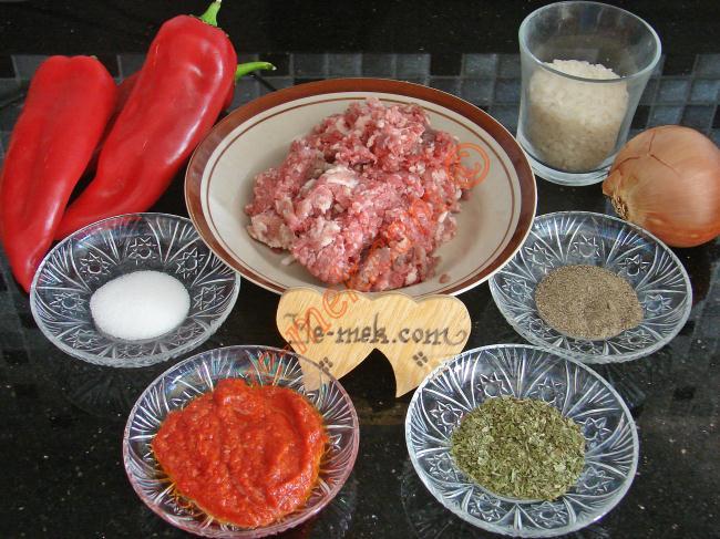 Etli Kırmızı Biber Dolması İçin Gerekli Malzemeler :  <ul> <li>13 adet orta boy kırmızı dolmalık biber (boyutlara göre değişebilir)</li> <li>300 gr kıyma</li>         <li>1 adet orta boy soğan</li> <li>1 su bardağı pirinç (yıkanmış)</li>         <li>2 yemek kaşığı biber ya da domates salçası</li>         <li>2 yemek kaşığı zeytinyağı</li>         <li>2 adet domates</li> <li>Tuz, kuru nane, karabiber</li> </ul>