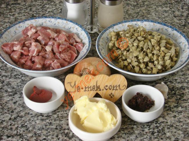 Etli Kuru Bamya İçin Gerekli Malzemeler :  <ul> <li>100 gr kuru bamya</li>         <li>250 gr kuşbaşı et</li>         <li>1 adet orta boy soğan</li>         <li>1 diş sarımsak</li>         <li>2 yemek kaşığı tereyağı</li>         <li>1 yemek kaşığı domates salçası</li>         <li>1 yemek kaşığı biber salçası</li>         <li>3 su bardağı sıcak su</li>         <li>Tuz</li>         <li>Karabiber</li>  </ul>