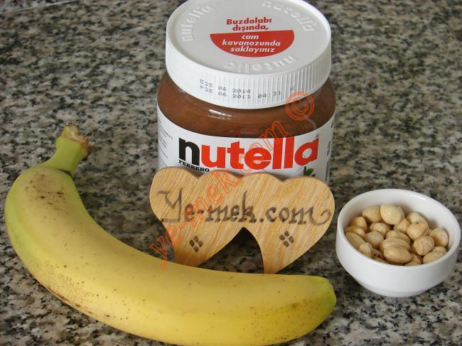 Pratik Nutellalı Muzlu Tatlı İçin Gerekli Malzemeler :  <ul> <li>Muz</li> <li>Nutella</li> <li>Fındık</li>  </ul>