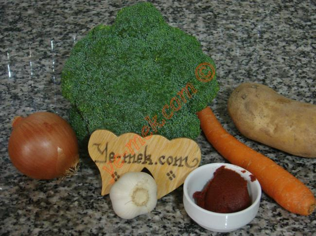 Zeytinyağlı Brokoli İçin Gerekli Malzemeler :  <ul> <li>300 gr brokoli</li> <li>1 adet küçük boy soğan</li>         <li>1 diş sarımsak</li>         <li>1 adet küçük boy patates</li>         <li>1 adet küçük boy havuç</li> <li>2 yemek kaşığı zeytinyağı</li>         <li>1/2 tatlı kaşığı domates salçası</li>         <li>1 adet kesme şeker</li>         <li>1 su bardağı sıcak su</li>         <li>1 çay kaşığı limon suyu</li>         <li>Tuz</li> </ul>