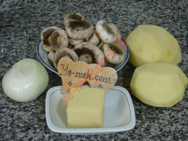 Fırında Mantarlı Patates İçin Gerekli Malzemeler :  <ul> <li>1 paket mantar</li> <li>1 adet soğan</li> <li>2 adet büyük boy patates</li> <li>Rendelenmiş kaşar peynir</li> <li>1 tatlı kaşığı tereyağı</li> <li>Tuz</li> <li>Karabiber</li> </ul>