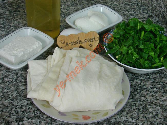 Ispanaklı Kol Böreği İçin Gerekli Malzemeler :  <ul> <li>2 adet yufka</li>         <li>3 yemek kaşığı sulu yoğurt</li>         <li>1 adet yumurta</li>         <li>60 gr margarin (eritilmiş)</li>         <li>4-5 yemek kaşığı zeytinyağı</li>  <li><strong>İç Harcı İçin:</strong></li> <li>300-400 gr ıspanak</li>         <li>65 gr beyaz peynir</li> </ul>