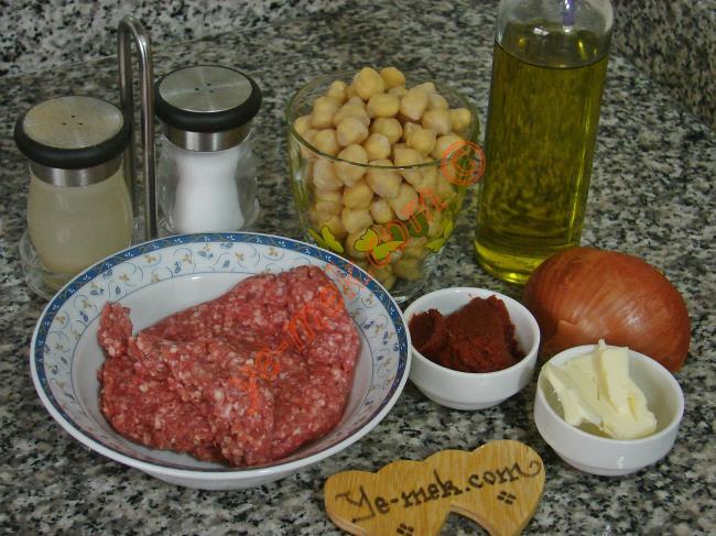 Nohutlu Misket Köfte İçin Gerekli Malzemeler : ul>  <li>1 su bardağı haşlanmış nohut</li> <li>1 adet küçük boy soğan</li> <li>1 yemek kaşığı domates salçası</li>         <li>1 yemek kaşığı tereyağı</li>         <li>700 ml sıcak su</li>         <li>Tuz</li> <li>Karabiber</li>  <li><strong>Köfte İçin:</strong></li> <li>200 gr kıyma</li> <li>1 yemek kaşığı galeta unu</li> <li>Tuz</li> <li>Karabiber</li> </ul>