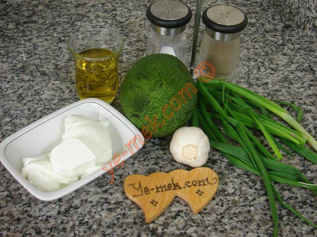 Avokado Sosu İçin Gerekli Malzemeler :  <ul> <li>1 adet olgun avokado</li> <li>1/2 çay bardağı zeytinyağı</li> <li>2 yemek kaşığı yoğurt</li> <li>1-2 adet yeşil soğanın yaprakları</li>         <li>1 diş sarımsak</li>         <li>Tuz</li>         <li>Karabiber</li> </ul>