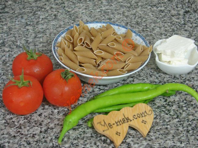 Domates Soslu Kepekli Makarna İçin Gerekli Malzemeler :  <ul>  <li>1 kase kepekli penne makarna</li> <li>3 adet orta boy domates</li> <li>3 adet sivri biber</li>         <li>1 yemek kaşığı zeytinyağı</li>         <li>Küçük bir dilim light beyaz peynir</li> <li>Tuz</li>         <li>Karabiber</li>  </ul>