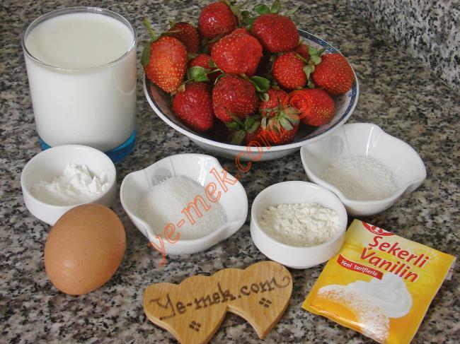 Çilekli Muhallebi İçin Gerekli Malzemeler :  <ul> <li>2 su bardağı süt</li> <li>1,5 yemek kaşığı mısır nişastası</li> <li>1 yemek kaşığı un</li>         <li>2 yemek kaşığı toz şeker</li>           <li>1 adet küçük boy yumurta</li>          <li>1 yemek kaşığı hindistan cevizi</li>          <li>1/2 paket vanilya</li> <li><strong>Üzeri İçin:</strong></li>         <li>1,5 su bardağı çilek püresi (Yaklaşık 420 gr çilek)</li>         <li>2 yemek kaşığı toz şeker</li>         <li>1 yemek kaşığı mısır nişastası</li> </ul>