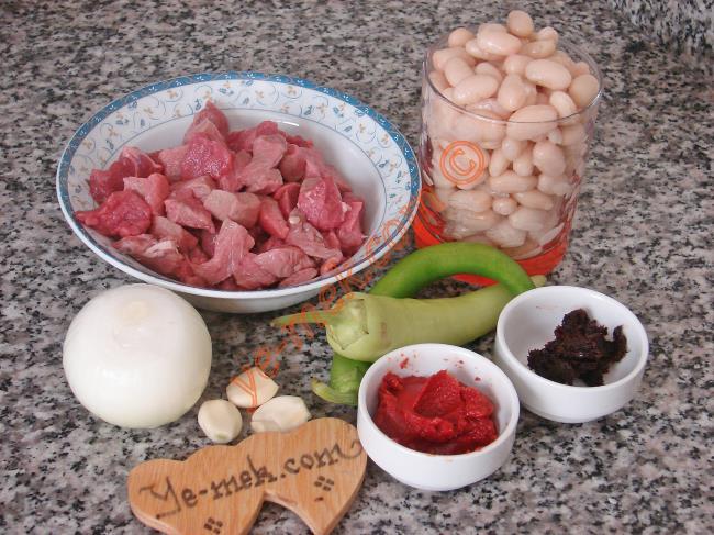 Etli Kuru Fasulye İçin Gerekli Malzemeler :  <ul> <li>250 gr kuşbaşı doğranmış et</li> <li>2 su bardağı haşlanmış kuru fasulye</li>         <li>1 adet kuru soğan</li>         <li>2 diş sarımsak</li>         <li>2 adet çerliston biber</li>         <li>1 yemek kaşığı domates salçası</li>         <li>1 çay kaşığı biber salçası</li> <li>4 yemek kaşığı zeytinyağı</li> <li>Tuz</li>         <li>Karabiber</li> </ul>