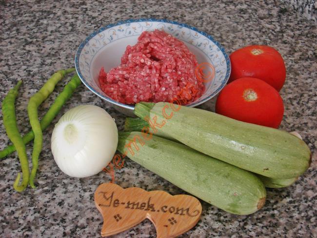 Kabak Karnıyarık İçin Gerekli Malzemeler :  <ul>  <li>3 adet küçük taze kabak</li>         <li>150 gr kıyma</li>         <li>1 adet orta boy soğan</li>         <li>2 adet orta boy domates</li>         <li>2 adet sivri biber</li>         <li>1 diş sarımsak</li>         <li>3 yemek kaşığı zeytinyağ</li>         <li>1 tutam maydanoz</li>         <li>Tuz</li>         <li>Karabiber, kimyon</li>         <li>Kızartmak için sıvıyağ</li>    </li> </ul>