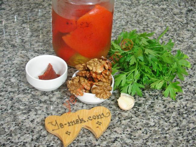 Kahvaltılık Közlenmiş Kırmızı Biber Ezmesi İçin Gerekli Malzemeler :  <ul> <li>1 kavanoz közlenmiş kırmızı biber</li>         <li>1 yemek kaşığı domates salçası</li>         <li>1/2 su bardağı ceviz</li>         <li>2 diş sarımsak</li>         <li>2 tutam maydanoz</li> <li>Kırmızı pul biber</li> <li>Tuz</li> </ul>