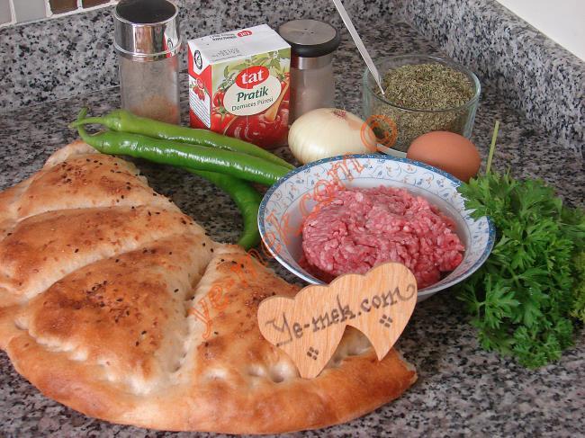 Köfteli İskender Kebabı İçin Gerekli Malzemeler :  <ul> <li>300 köftelik kıyma</li>         <li>1 adet küçük boy yumurta</li>         <li>1 adet küçük boy soğan</li> <li>2 yemek kaşığı galeta unu</li>         <li>1 tutam maydanoz</li>         <li>1 kase yoğurt</li>         <li>1 çay bardağı domates püresi</li>         <li>2 yemek kaşığı tereyağı</li>         <li>2 adet sivri biber</li>          <li>1/2 pide</li> <li>Tuz</li>  <li>Karabiber, Kekik, Kimyon</li>     </ul>