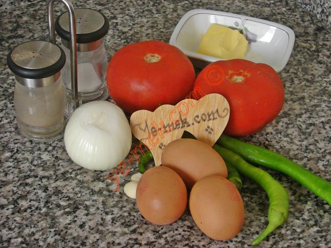 Menemen İçin Gerekli Malzemeler :  <ul> <li>3 adet yumurta</li>         <li>1 adet küçük boy soğan</li>         <li>2 diş sarımsak</li>         <li>3 adet sivri biber</li>         <li>2 adet orta boy domates</li> <li>1 yemek kaşığı tereyağı</li> <li>Tuz, karabiber, kuru nane</li> </ul>