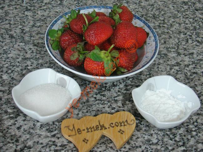 Taze Çilek Sosu İçin Gerekli Malzemeler :  <ul> <li>1,5 su bardağı çilek püresi (Yaklaşık 420 gr çilek)</li> <li>2 yemek kaşığı toz şeker</li> <li>1 yemek kaşığı nişasta</li> </ul>