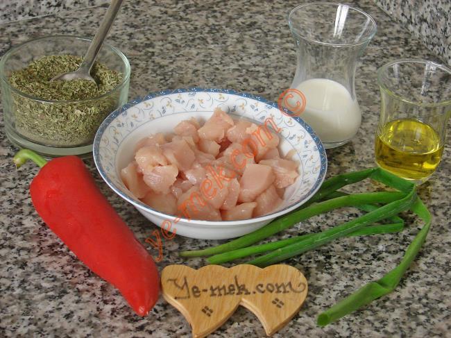 Taze Soğanlı Tavuk Sote İçin Gerekli Malzemeler :  <ul> <li>300 gr kuşbaşı doğranmış tavuk göğsü</li> <li>1 adet küçük boy kırmızı biber</li> <li>6 sap taze soğanın yaprakları</li>         <li>2 yemek kaşığı soya sosu</li>         <li>1/2 çay bardağı süt</li>         <li>4 yemek kaşığı zeytinyağı</li> <li>Tuz, kekik, karabiber, kimyon</li> </ul>