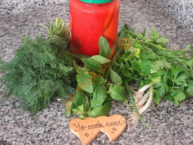 Yeşillikli Közlenmiş Kırmızı Biber Salatası İçin Gerekli Malzemeler :  <ul> <li>3 adet büyük közlenmiş kırmızı biber</li>    <li>3 tutam maydanoz</li>         <li>3 tutam dereotu</li>         <li>3 tutam taze nane</li> <li>3 sap taze soğan</li>         <li>Zeytinyağı</li>         <li>Limon suyu</li>          <li>Elma sirkesi</li>  <li>Tuz</li> </ul>
