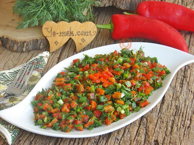 Yeşillikli Közlenmiş Kırmızı Biber Salatası Tarifi Nasıl Yapılır Resimli Yemek Tarifleri