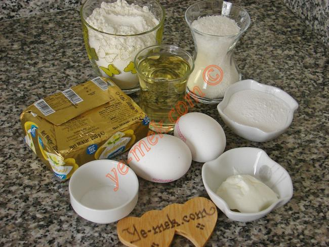 Hintpare Tatlısı İçin Gerekli Malzemeler :  <ul> <li><strong>Hamuru İçin:</strong></li> <li>125 gr tereyağı (oda sıcaklığında)</li> <li>1 çay bardağı sıvıyağ</li> <li>3 yemek kaşığı dolusu pudra şekeri</li> <li>2 adet yumurta (1 tanesinin sarısı üzerine)</li> <li>1 çay kaşığı karbonat</li> <li>2 çay bardağı hindistan cevizi</li> <li>Yaklaşık 2-2,5 su bardağı un</li> <li><strong>Şerbeti İçin:</strong></li> <li>3,5 su bardağı su</li> <li>3,5 su bardağı toz şeker</li> <li>3 damla limon suyu</li>  </ul>Hintpare tatlısının yapımında öncelikle şerbeti hazırlayın. Orta boy derin bir tencere içine 3 buçuk su bardağı su ve 3 buçuk su bardağı toz şeker koyup, şeker eriyene kadar karıştırın. Şerbetiniz kaynamaya başladıktan sonra altını kısıp, tam 20 dk kaynatmaya devam edin. Şerbeti ocaktan almadan 15 dk önce 3 damla limon suyu  ekleyin. Şerbetiniz olduktan sonra ocaktan alıp, soğumaya bırakın.