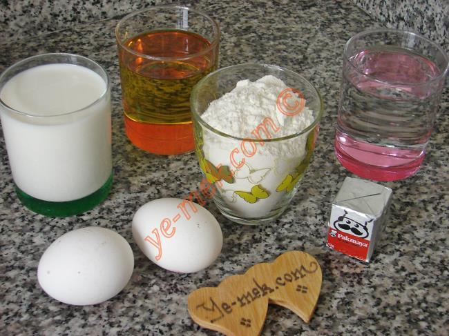 Mayalı Hamur İçin Gerekli Malzemeler :  <ul>  <li>1 su bardağı ılık su</li> <li>1 su bardağı sıvıyağ</li>         <li>1 su bardağı ılık süt</li> <li>1 adet yumurta (sarısı ayrılacak)</li> <li>1 paket yaş maya</li> <li>1 yemek kaşığı toz şeker</li> <li>1 tatlı kaşığı tuz</li> <li>5,5 su bardağına yakın un</li> </ul>Mayalı hamur yapmak için ilk önce sütü ve suyu bir tencereye koyup, serçe parmağınızı yakmayacak sıcaklığa gelene kadar hafifçe ısıtın.
