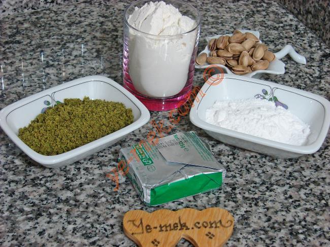Antep Fıstıklı Kurabiye İçin Gerekli Malzemeler :  <ul> <li>150 gr tereyağı</li> <li>5yemek kaşığı pudra şekeri</li> <li>55 gr yeşil toz fıstık</li> <li>2 su bardağına yakın un</li> <li><strong>Üzeri için : </strong></li> <li>Soyulmuş antep fıstığı</li>  </ul>
