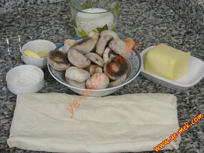 Galeta Unlu Mantarlı Börek İçin Gerekli Malzemeler :  <ul> <li>1 adet yufka</li> <li>1 kase dolusu mantar</li>         <li>6 adet ceviz</li> <li>1 yemek kaşığı tereyağı</li> <li>1 küçük boy soğan</li> <li>Az miktar süt kreması</li> <li>Küçük bir kase rendelenmiş kaşar peynir</li> <li>Kızartmak için sıvıyağ</li> <li>Tuz</li> <li><strong>Bulamak İçin:</strong></li> <li>1 adet yumurta</li> <li>Galeta unu</li> </ul>