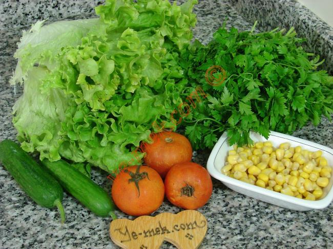 Kıvırcık Marul Salatası İçin Gerekli Malzemeler :  <ul>         <li>7 adet büyük yaprak kıvırcık</li> <li>2 adet orta boy domates</li> <li>2 adet minik salatalık</li>         <li>3 yemek kaşığı konserve mısır</li>         <li>Zeytinyağı</li>         <li>Limon suyu</li>         <li>Tuz</li> </ul>