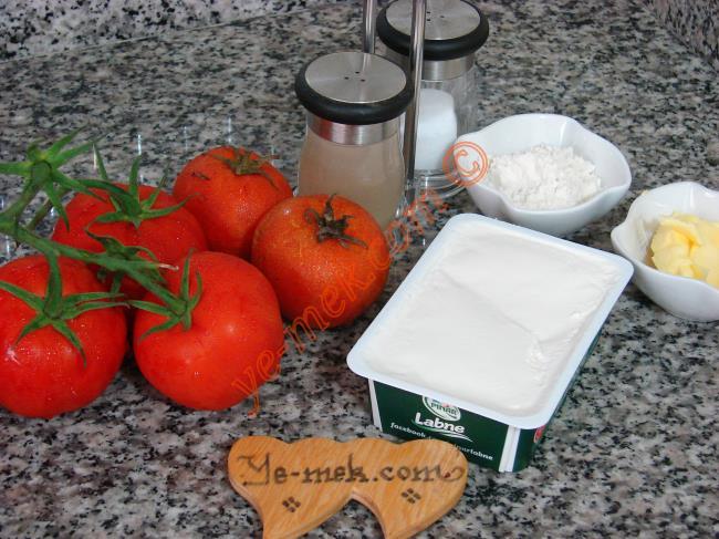 Labneli Domates Çorbası İçin Gerekli Malzemeler :  <ul> <li>2 su bardağı domates püresi (6 adet domates)</li>         <li>1/2 kutu labne peyniri (90 gr)</li> <li>1 yemek kaşığı tereyağı</li> <li>2 yemek kaşığı un</li> <li>2,5 su bardağı su</li>         <li>Tuz</li> <li>Karabiber</li> <li><strong>Üzeri İçin</strong></li> <li>Fesleğen</li>   </ul>