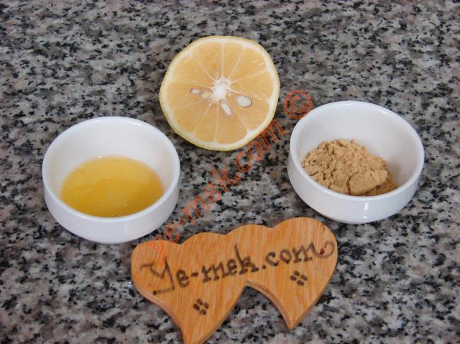 Toz Zencefilli Ballı Limonlu Grip Çayı İçin Gerekli Malzemeler :  <ul> <li>1/2 çay kaşığı toz zencefil</li> <li>1/4 limon suyu</li> <li>1 tatlı kaşığı dolusu süzme bal</li>         <li>1 su bardağı sıcak su</li> </ul>