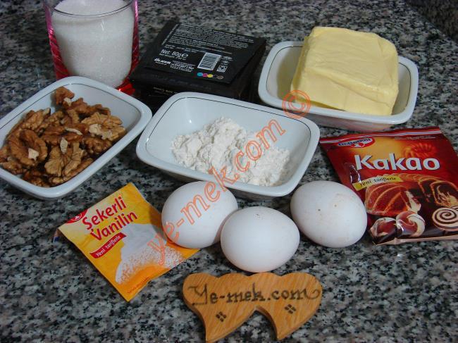 Çikolatalı Cevizli Brownie İçin Gerekli Malzemeler :  <ul> <li>3 adet yumurta</li>         <li>125 gr tereyağı</li>         <li>150 gr bitter çikolata</li> <li>125 gr toz şeker</li> <li>1 yemek kaşığı kakao</li> <li>1 çay kaşığı vanilya</li> <li>1,5 yemek kaşığı un</li>         <li>1 çimdik tuz</li> <li>1 çay bardağı orta dövülmüş ceviz ya da fındık</li> </ul>