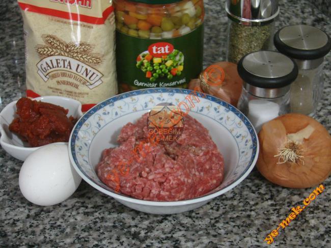 Misket Köfteli Sebze Yemeği İçin Gerekli Malzemeler : ul>         <li>150 gr kıyma</li> <li>2 adet soğan</li>         <li>1 adet yumurta</li>         <li>1 tutam maydanoz</li>         <li>2 yemek kaşığı galeta unu</li>         <li>1 büyük kavanoz hazır garnitür</li>         <li>3 yemek kaşığı sıvıyağ</li> <li>1 yemek kaşığı domates salçası</li>         <li>2 su bardağı kadar sıcak su</li>         <li>Karabiber, Kimyon, Tuz</li>         <li>Kızartmak için sıvıyağ</li> </ul> </li> </ul>
