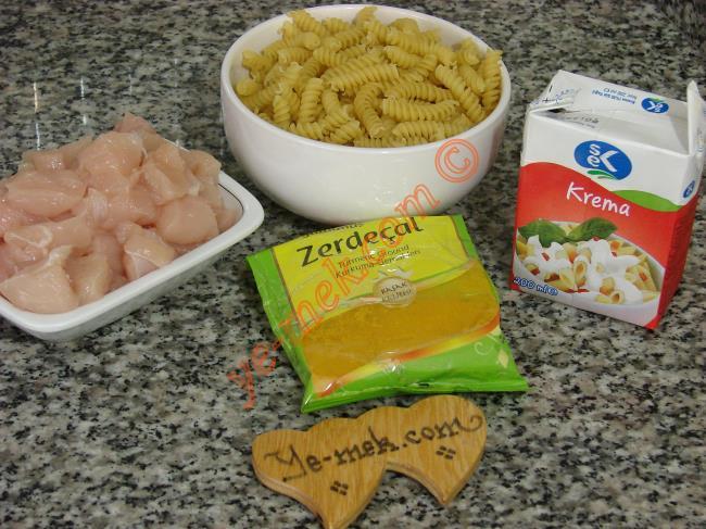Zerdeçallı Tavuklu Makarna İçin Gerekli Malzemeler :  <ul>  <li>1/2 paket makarna</li> <li>350 gr tavuk göğsü</li> <li>1/2 paket süt kreması</li>         <li>1 çay kaşığı zerdeçal</li> <li>Tuz</li>  </ul>