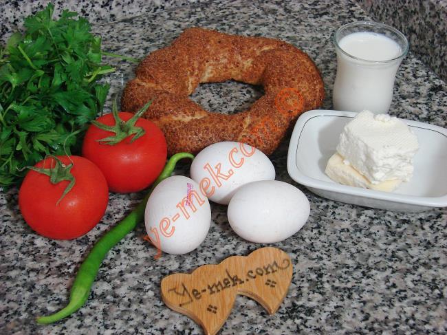 Bayat Simit Omleti İçin Gerekli Malzemeler :  <ul> <li>1 adet simit </li> <li>3 adet yumurta</li> <li>Küçük bir çay bardağı süt</li> <li>1 adet büyük boy domates</li> <li>100 gr beyaz peynir</li>         <li>2 tutam maydanoz</li>         <li>1 adet yeşil biber</li>         <li>Tereyağı</li>         <li>Tuz</li> </ul>