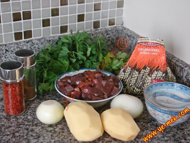 Patatesli Soğanlı Arnavut Ciğeri İçin Gerekli Malzemeler :  <ul> <li>250gr kuşbaşı doğranmış ciğer</li> <li>2 adet küçük boy patates</li> <li>2 adet küçük boy kuru soğan</li> <li>2 tutam maydanoz</li> <li>3 yemek kaşığı zeytinyağı</li> <li>3 yemek kaşığı un</li> <li>Ciğer Baharatları (kırmızı toz biber, pul biber, karabiber, kimyon, sumak, tuz)</li> <li><strong>Kızartmak İçin:</strong></li> <li>Sıvıyağ</li> </li> </ul>