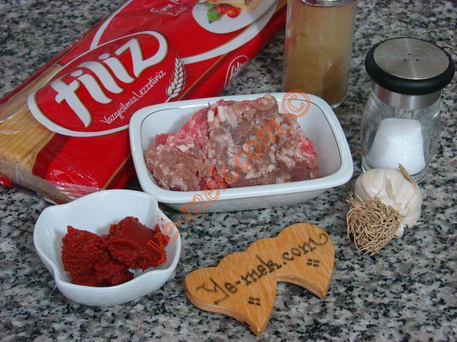 Salça Soslu Kıymalı Makarna İçin Gerekli Malzemeler :  <ul>  <li>1/2 paket spagetti makarna</li> <li>1 yemek kaşığı domates salçası</li> <li>1/2 yemek kaşığı biber salçası</li>         <li>1 yemek kaşığı tereyağı ya da 3 yemek kaşığı zeytinyağı</li>         <li>100 gr kıyma</li>          <li>İsteğe göre 1 adet küçük boy soğan</li>         <li>2 diş sarımsak</li> <li>Tuz</li>  </ul>