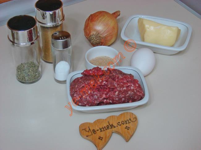 Kaşarlı Köfte İçin Gerekli Malzemeler :  <ul> <li>250 gr kıyma</li>         <li>1 adet küçük boy soğan</li>         <li>2 yemek kaşığı galeta unu</li> <li>1 adet küçük boy yumurta</li>         <li>İsteğe göre 1 tutam maydanoz</li>         <li>Kaşar peynir</li>         <li>Kekik</li>         <li>Karabiber</li>         <li>Kimyon</li>         <li>Tuz</li>   </ul>