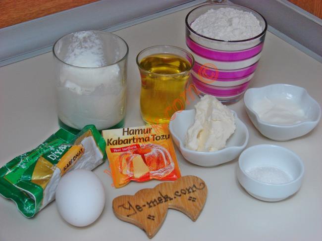Mayonezli Poğaça İçin Gerekli Malzemeler :  <ul> <li>1 çay bardağı sıvıyağ</li> <li>1 çay bardağı erimiş tereyağı</li> <li>1/2 su bardağı yoğurt</li> <li>1 paket karbonat</li> <li>1 paket kabartma tozu</li> <li>2-2,5 yemek kaşığı mayonez</li> <li>1 yumurta akı</li> <li>1 çay kaşığı tuz</li>         <li>1 tatlı kaşığı toz şeker</li>         <li>2,5 su bardağına yakın un</li> <li><strong>İç Harcı İçin:</strong></li> <li>200 gr kıyma</li> <li>1 adet soğan</li> <li>Tuz</li> <li>Karabiber</li> <li><strong>Üzeri İçin:</strong></li> <li>Yumurta sarısı</li> <li>Çörek otu</li>  </ul>