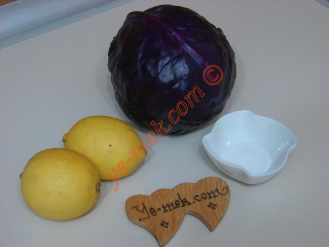 Kırmızı Lahana Turşusu İçin Gerekli Malzemeler :  <ul> <li>1/2 adet mor lahana (kırmızı lahana)</li>  <li>2 adet limon</li> <li>1 tatlı kaşığı toz şeker</li>         <li>2 yemek kaşığı tuz</li> </ul>