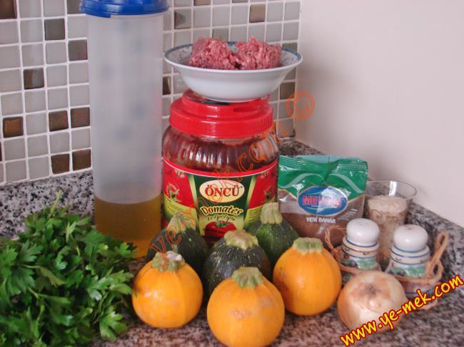 Şapkalı Kabak Dolması İçin Gerekli Malzemeler :  <ul> <li>6 adet yayla kabağı (girit kabağı)</li> <li>200 gr kıyma</li> <li>Yarım çay bardağından biraz fazla pirinç</li> <li>1 tutam maydanoz</li> <li>1 yemek kaşığı domates salçası</li> <li>1 adet soğan</li> <li>4 yemek kaşığı zeytinyağı</li> <li>Az miktar su</li> <li>1 çay kaşığı yenibahar</li> <li>1 çay kaşığı karabiber</li> <li>1 çay kaşığı nane</li> <li>Tuz</li> <li><strong>Üzeri İçin:</strong></li> <li>Süzme yoğurt</li>  </ul>